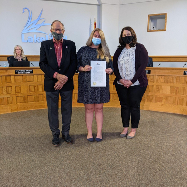 Lakeland Mayor Mutz, Peace River Center Director of Victim Services Kirsten Pindar and COO Candace Barnes accepting the Lakeland DVAM proclamation